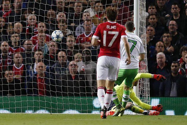 Fotbalista Wolfsburgu Daniel Caligiuri otevírá skóre utkání Ligy mistrů proti Manchetseru United.