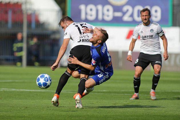 Zleva Antonín Fantiš ze Zlína a David Houska z Olomouce ve druhém kole fotbalové ligyy