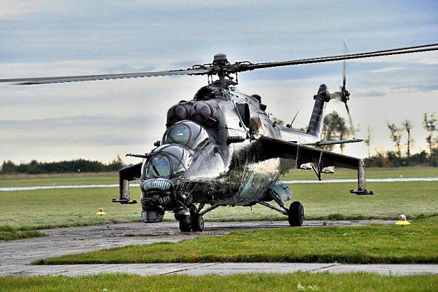 Posádka připravena, může se startovat. Sportovci Dukly při cvičení v bojovém vrtulníku.