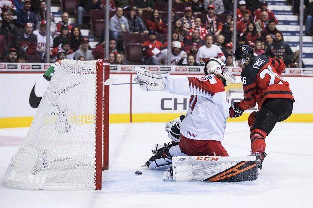 Kanada potvrdila na startu hokejového MS hráčů do 20 let roli favorita. Gól Dánům střílí Morgan Frost (26).