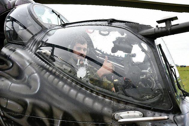 Josef Dostál při cvičení v bojovém vrtulníku.