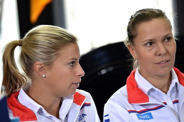 České deblistky Andrea Hlaváčková (vlevo) a Lucie Hradecká se před finále Fed Cupu daly znovu dohromady.