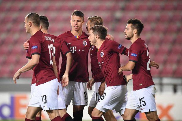 Radost fotbalistů pražské Sparty z vyrovnávacího gólu proti Lille.