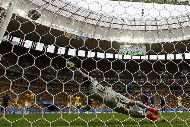 Brazilský gólman Júlio César se marně natahuje za pokutovým kopem Nizozemce Robina van Persieho.