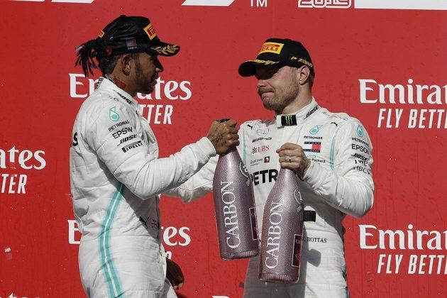 Double Mercedesu. Vítěz Velké ceny USA F1 Valtteri Bottas (vpravo) s mistrem světa a stájovým kolegou Lewisem Hamiltonem.