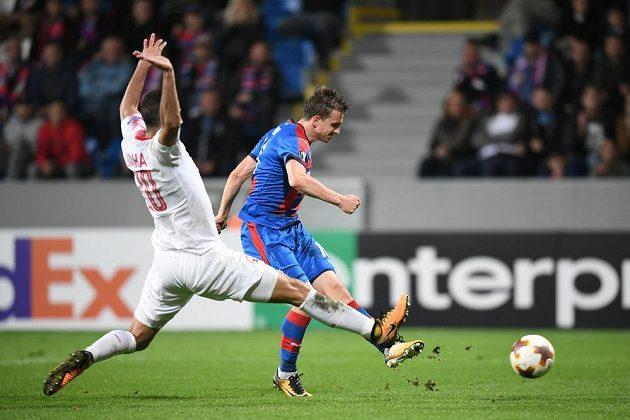 Plzeňský záložník Jan Kopic střílí vedoucí branku Viktorie Plzeň v utkání Evropské ligy s izraelským týmem Beer Ševa.