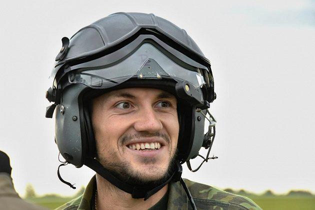 Kanoista Martin Fuksa při cvičení v bojovém vrtulníku.