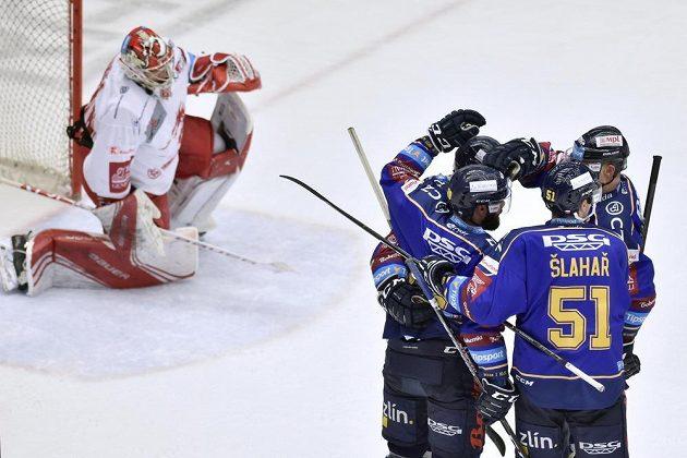 Hokejisté Zlína (vpravo) se radují z gólu, vlevo je brankář Třince Petr Kváča.