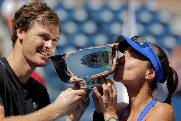 Novopečení šampióni US Open ve smíšené čtyřhře - Martina Hingisová ze Švýcarska a Brit Jamie Murray s trofejí.