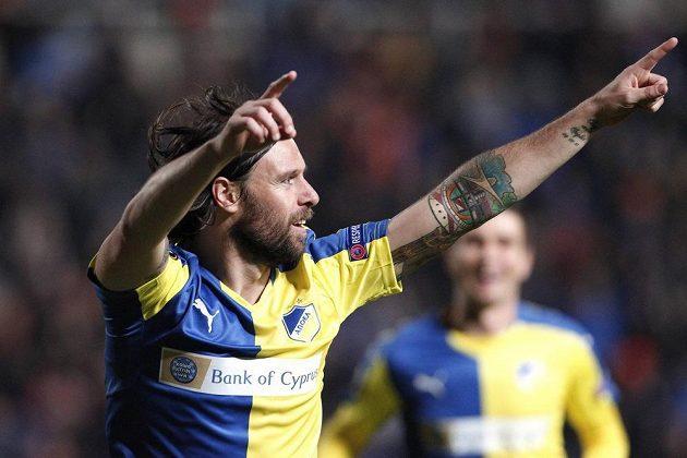Fernando Cavenaghi z APOELu slaví gól proti Spartě.