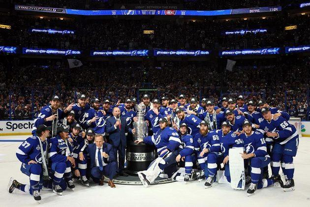 Hokejisté Tampy pózují se Stanley Cupem