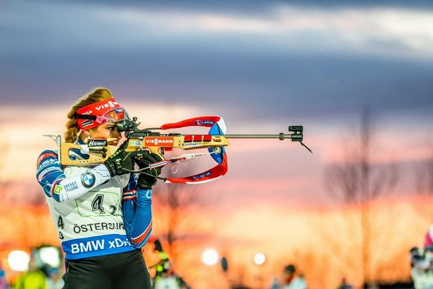 Gabriela Koukalová na střelnici během závodu smíšených štafet v Östersundu.