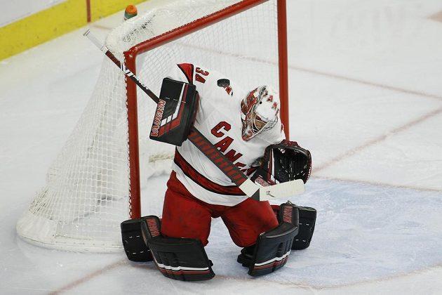 Brankář Caroliny Hurricanes Petr Mrázek zastavuje jednu ze střel v utkání NHL.