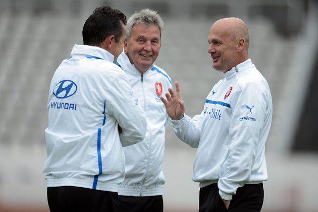 Trenér národního týmu Michal Bílek (vpravo) a asistenti Tomáš Galásek (zády) a Josef Pešice.