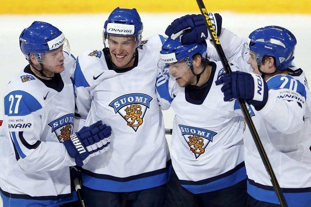 Finští hokejisté slaví gól do sítě Ruska.