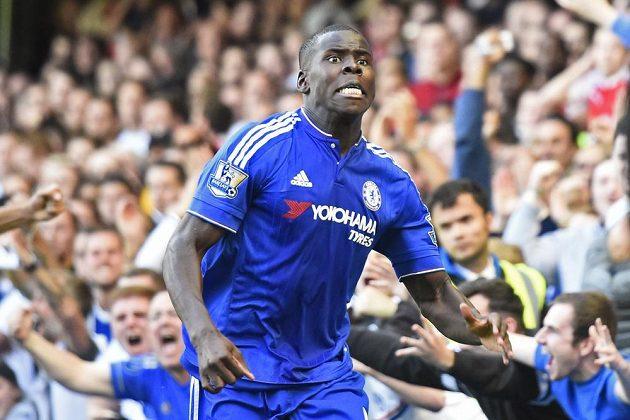 Fotbalista Chelsea Kurt Zouma se raduje z gólu proti Arsenalu.