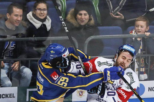 Švédský obránce Linus Johansson se s Hynkem Zohornou vůbec nemazlil.