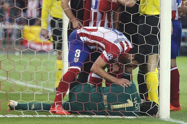 Zraněný brankář Petr Čech (na zemi) v úvodním semifinále Ligy mistrů proti Atlétiku Madrid.