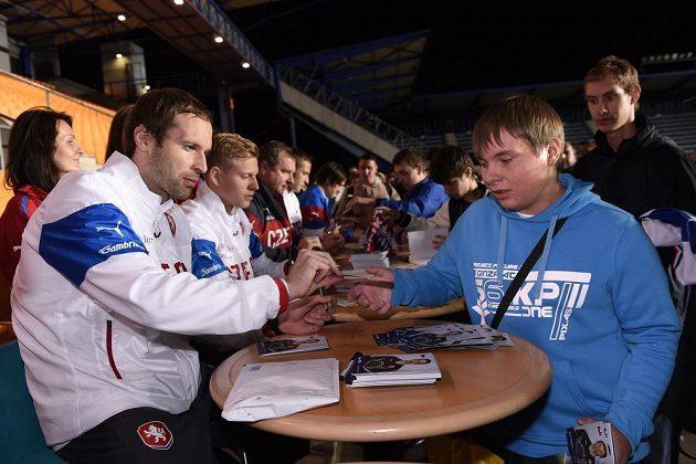 Petr Čech během autogramiády reprezentantů.
