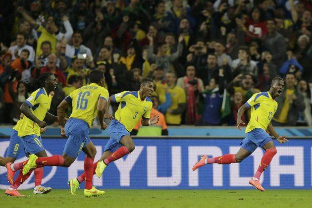 Ekvádorský útočník Enner Valencia (zcela vpravo) slaví se spoluhráči gól v síti Hondurasu.