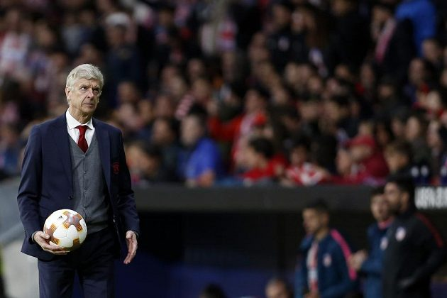 Arséne Wenger z Arsenalu v semifinále s Atlétikem.