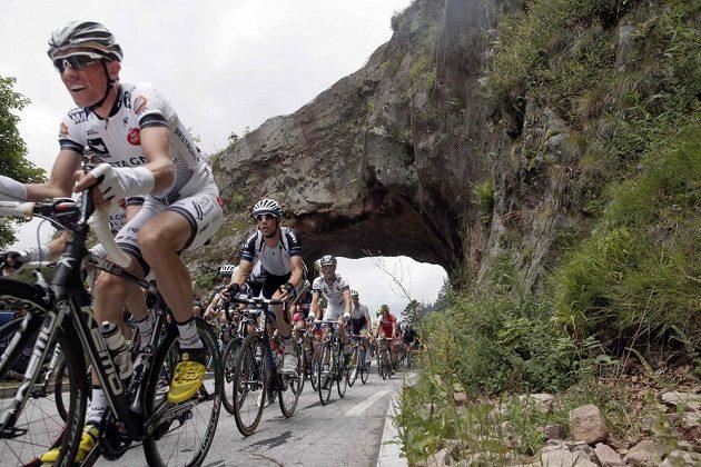 Cyklisté během deváté etapy Tour de France s cílem ve městě Mylhúzy.