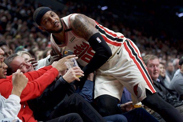 Portlandský forward Carmelo Anthony spadnul do diváků.