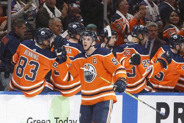 Útočník Edmontonu Connor McDavid slaví se spoluhráči gól v utkání proti Calgary. Olejáři nakonec vyhráli 3:0 a McDavid zaznamenal hattrick.