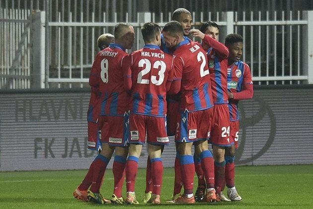Hráči Plzně se radují z gólu v utkání 11. kola první fotbalové ligy na půdě Jablonce.