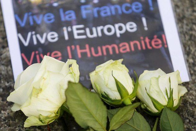 """Motivační texty """"Ať žije Francie, Evropa a lidstvo"""" se objevují na místech, kam lidé chodí zapalovat svíčky."""