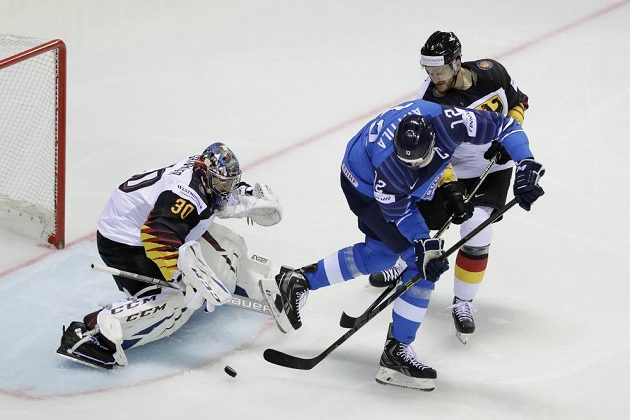 Finský útočník Marko Anttila před německým brankářem Philippem Grubauerem.