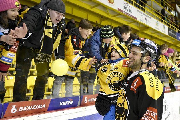 Peter Jánský z Litvínova se raduje s fanoušky z vyhraného utkání.