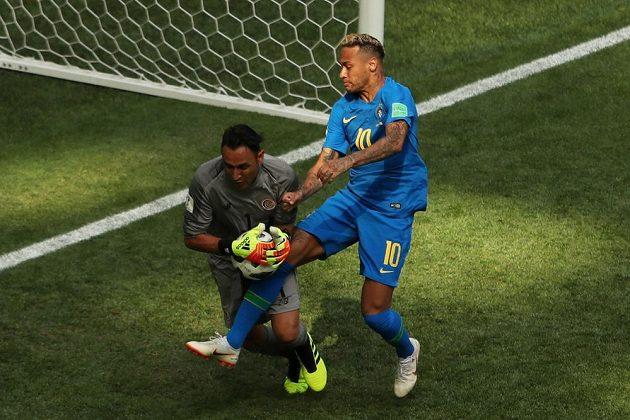 Kostarický brankář Keylor Navas při zákroku proti Brazilci Neymarovi.
