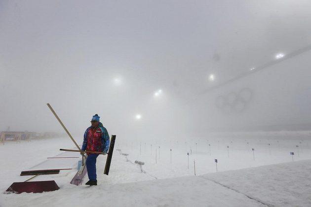 Na střelnici byly v pondělí ráno středoevropského času pro biatlon neregulérní podmínky.