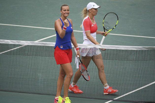 Šťastná Petra Kvitová (vlevo) po vítězství nad Dánkou Caroline Wozniackou.