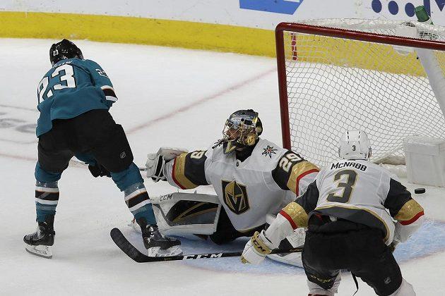 Hokejista San Jose Sharks Barclay Goodrow střílí postupový gól do sítě Vegas Golden Knights v 1. kole play off NHL.