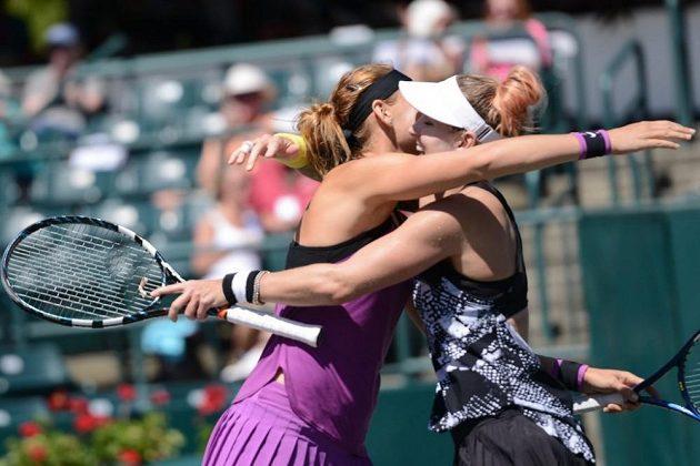 Lucie Šafářová (vlevo) a Bethanie Matteková-Sandsová se radují z vítězství.