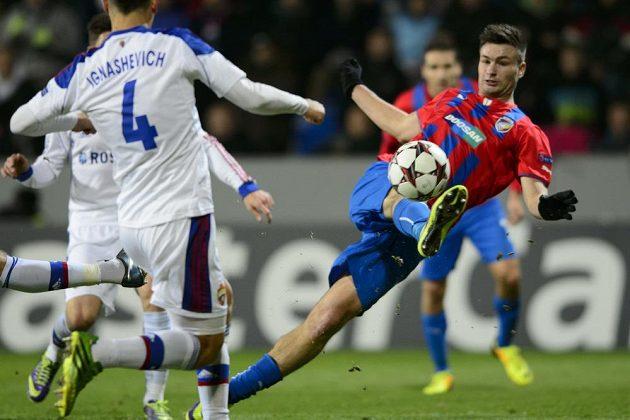 Tomáš Wágner (vpravo) z Viktorie Plzeň střílí rozhodující gól, který jeho týmu zaručil jarní účast v Evropské lize.