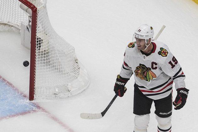 Hvězdný útočník Chicaga Blackhawks Jonathan Toews (19) slaví gól během utkání proti Edmontonu Oilers.