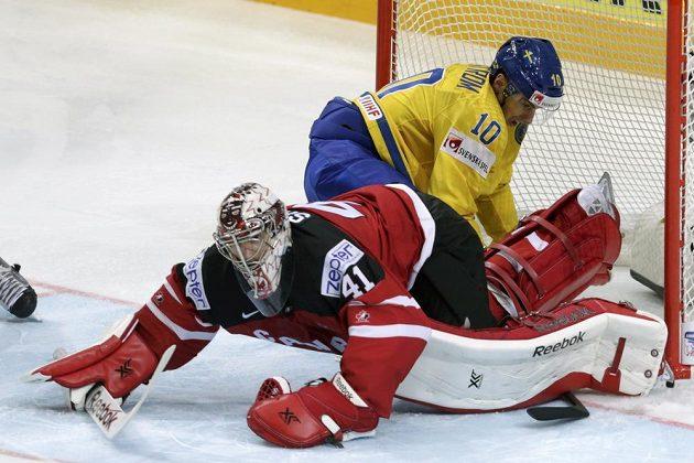 Švéd Joakim Lindström atakuje kanadského brankáře Mika Smithe.
