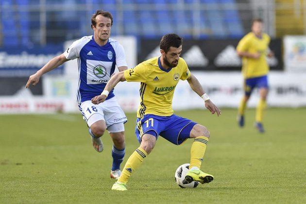 Jakub Fulnek z Boleslavi a Vachtang Čanturišvili ze Zlína v akci během utkání nejvyšší fotbalové soutěže.