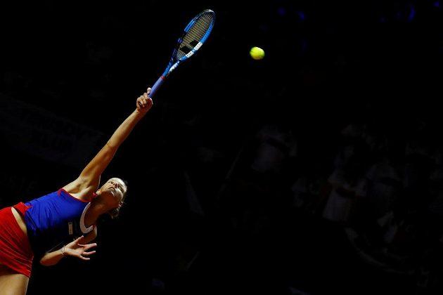 Servis Karolíny Plíškové v duelu fedcupového semifinále proti Němce Angelique Kerberové.