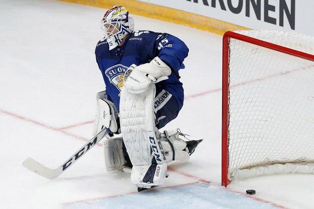 Finský gólman Jussi Olkinuora inkasuje v duelu s českou reprezentací.
