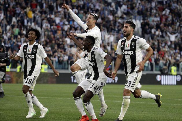 Radost Staré dámy. Fotbalisté Juventusu Juan Cuadrado, Cristiano Ronaldo, Blaise Matuidi a Emre Can slaví mistrovský titul.
