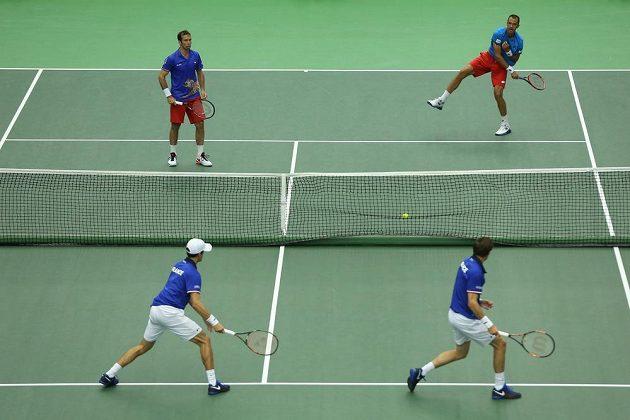 Sobotní čtyřhra mezi Českem a Francií. Zády jsou Francouzi Nicolas Mahut (vpravo) a Pierre-Hugues Herbert, vzadu pak Lukáš Rosol (vpravo) a Radek Štěpánek.
