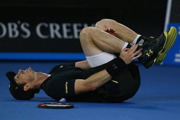 Andy Murray se svíjí v bolestech poté, co si poranil kotník.
