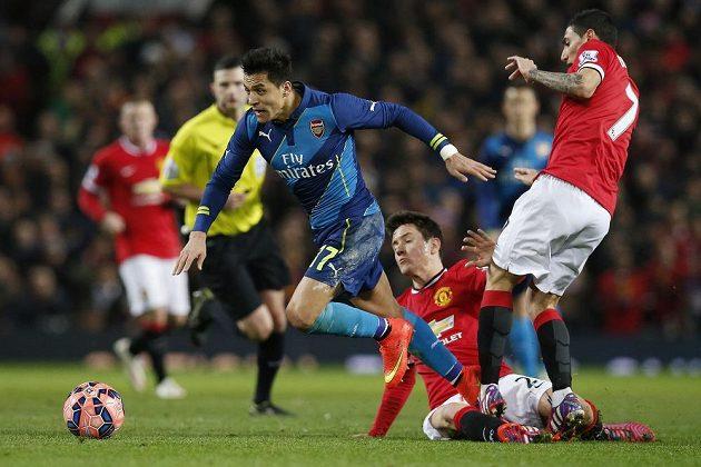 Útočník Arsenalu Alexis Sánchez (vlevo) uniká Anderovi Herrerovi (uprostřed) a Angelovi Di Maríovi z Manchesteru United.