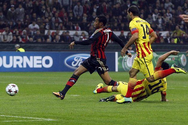 Brazilec Robinho ve službách AC Milán dostává italský tým do vedení v souboji s Barcelonou.
