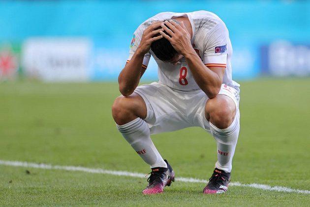 Španěl Koke se chytá za hlavu poté, co v osmifinále EURO s Chorvatskem spálil vyloženou šanci.