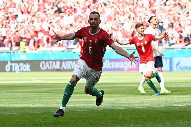 Maďarský fotbalista Attila Fiola se raduje z gólu proti Francii.